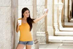 可爱的拉丁妇女谈的selfie 免版税图库摄影