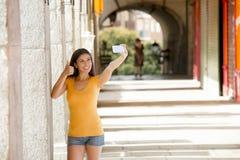 可爱的拉丁妇女谈的selfie 库存图片