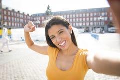 可爱的拉丁妇女谈的selfie 免版税库存图片