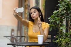 可爱的拉丁妇女谈的selfie 免版税库存照片