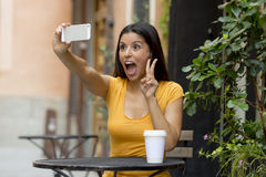 可爱的拉丁妇女谈的selfie 图库摄影