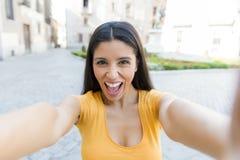 可爱的拉丁妇女谈话在她巧妙的电话 免版税图库摄影
