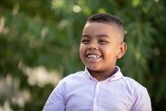 可爱的拉丁孩子在庭院里 免版税图库摄影