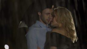 可爱的拥抱和开心,多雨天气的女性和男性 股票视频