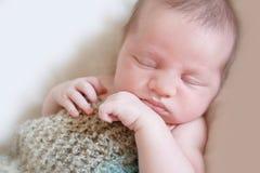 可爱的新出生的婴孩室内画象  免版税库存图片