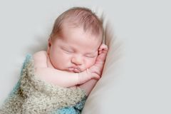 可爱的新出生的婴孩室内画象  库存图片