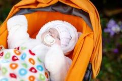 可爱的新出生的婴孩画象在温暖的冬天穿衣 库存照片
