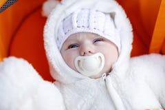 可爱的新出生的婴孩画象在温暖的冬天穿衣 免版税库存照片