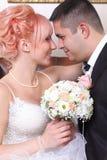 可爱的新已婚夫妇 免版税库存照片