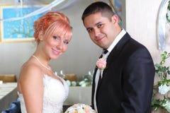 可爱的新已婚夫妇 免版税图库摄影