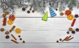可爱的新年` s装饰 圣诞节背景,积雪的树 免版税库存图片