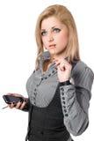 可爱的新金发碧眼的女人纵向有smartphone的。 查出 库存照片
