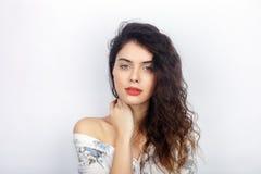 年轻可爱的新鲜的看起来的深色的妇女秀丽画象有健康卷发光秃的肩膀的 情感和面部expressio 库存图片