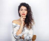 年轻可爱的新鲜的看起来的深色的妇女秀丽画象有健康卷发光秃的肩膀的 情感和面部expressio 图库摄影