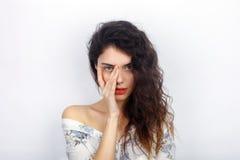 年轻可爱的新鲜的看起来的深色的妇女秀丽画象有接触她的面孔的健康卷发的 情感和面部expre 库存照片
