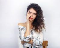 年轻可爱的新鲜的看起来的深色的妇女秀丽画象有接触她的面孔的健康卷发的 情感和面部expre 库存图片