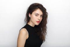 年轻可爱的新鲜的看起来的深色的妇女秀丽画象有长的棕色健康卷发的 情感和表情c 库存照片