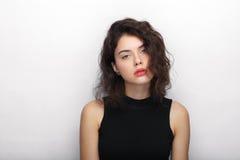 年轻可爱的新鲜的看起来的深色的妇女秀丽画象有长的棕色健康卷发的 情感和表情l 库存图片