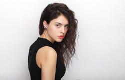 年轻可爱的新鲜的看起来的深色的妇女秀丽画象有长的棕色健康卷发的 情感和表情l 图库摄影