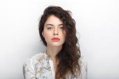 年轻可爱的新鲜的看起来的深色的妇女秀丽画象有长的棕色健康卷发的 情感和表情l 免版税库存照片