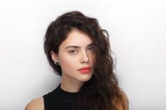 年轻可爱的新鲜的看起来的深色的妇女秀丽画象有长的棕色健康卷发的 情感和表情l 库存照片