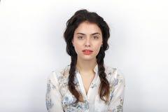 年轻可爱的新鲜的看起来的深色的妇女秀丽画象有长的棕色健康卷曲结辨的头发的 情感和面部expr 图库摄影