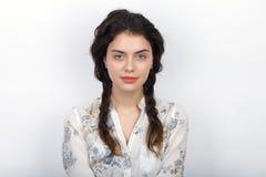 年轻可爱的新鲜的看起来的深色的妇女秀丽画象有长的棕色健康卷曲结辨的头发的 情感和面部expr 库存图片