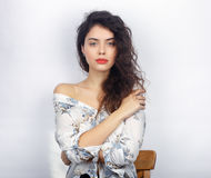 年轻可爱的新鲜的看起来的深色的妇女秀丽画象用横渡的手 情感和表情概念 免版税库存照片