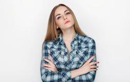 年轻可爱的新鲜的看起来的白肤金发的妇女秀丽画象有横渡的手头发混乱的在蓝色格子花呢上衣 情感和脸面护理 库存图片