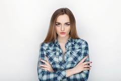 年轻可爱的新鲜的看起来的白肤金发的妇女秀丽画象有横渡的手头发混乱的在蓝色格子花呢上衣 情感和脸面护理 免版税库存照片