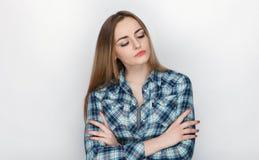 年轻可爱的新鲜的看起来的白肤金发的妇女秀丽画象有横渡的手头发混乱的在蓝色格子花呢上衣 情感和脸面护理 免版税图库摄影