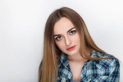 年轻可爱的新鲜的看起来的白肤金发的妇女秀丽画象有头发混乱的在蓝色格子花呢上衣 情感和表情co 免版税库存照片