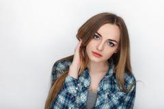 年轻可爱的新鲜的看起来的白肤金发的妇女秀丽画象有头发混乱的在蓝色格子花呢上衣 情感和表情co 免版税库存图片