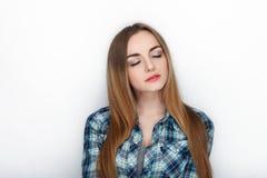 年轻可爱的新鲜的看起来的白肤金发的妇女秀丽画象有头发混乱的在蓝色格子花呢上衣 情感和表情co 库存照片