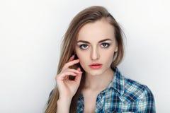 年轻可爱的新鲜的看起来的白肤金发的妇女秀丽画象有头发混乱的在蓝色格子花呢上衣 情感和表情co 库存图片