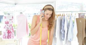 可爱的时装设计师谈话在电话 股票视频