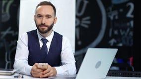 可爱的时髦的男性使用智能手机和膝上型计算机个人计算机的商人佩带的领带画象  影视素材