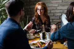 可爱的有男人和逗人喜爱的妇女膳食 库存照片