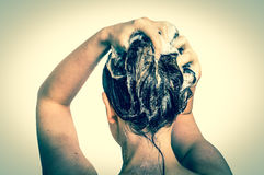 可爱的有香波的妇女洗涤的头发在阵雨 图库摄影