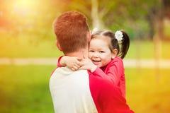 可爱的查出一点纵向系列白色的女儿系列父亲愉快他 图库摄影