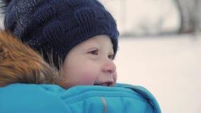 可爱的梦想的男婴,使用在雪的愉快的男婴室外画象的冬天关闭,户外 股票视频