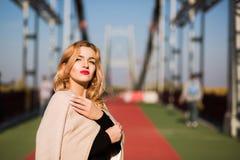 可爱的模型室外时尚画象在秋天偶然成套装备的 免版税库存照片