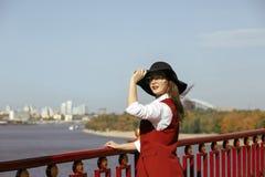 可爱的模型生活方式画象穿红色服装,黑帽会议, 库存照片