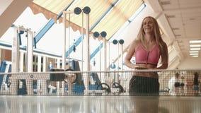 可爱的正面白肤金发的女运动员打乒乓球或乒乓球在健身房 4k英尺长度 股票视频