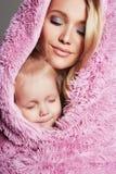 可爱的母亲和孩子 愉快的系列 免版税库存图片