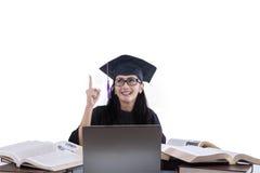可爱的毕业生有在白色的想法 免版税图库摄影