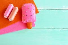 可爱的毛毡冰淇凌玩具 毛毡戏剧食物样式 DIY毛毡食物 孩子的容易的织品工艺 螺纹,棕色和桃红色羊毛板料 图库摄影