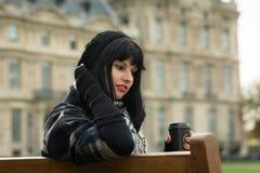 年轻可爱的浅黑肤色的男人画象在度假以巴黎法郎 免版税图库摄影