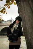 年轻可爱的浅黑肤色的男人画象在度假以巴黎法郎 免版税库存照片