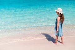 可爱的海滩女孩一点 库存照片